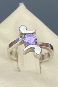 Káprázatos ezüst gyűrű lila cirkónia kővel