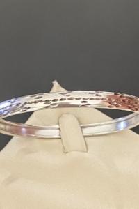 Letisztult formájú, vésett, nyitható ezüst karperec